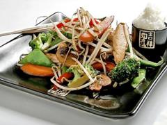 Teppanyaki de pollo, germinados y verduras