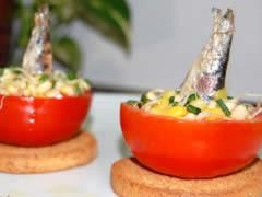 Tomates rellenos de germinado de soya y sardinilla